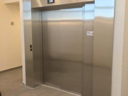 Inox liftdeuromlijstingen vervaardigd geleverd en geplaatst